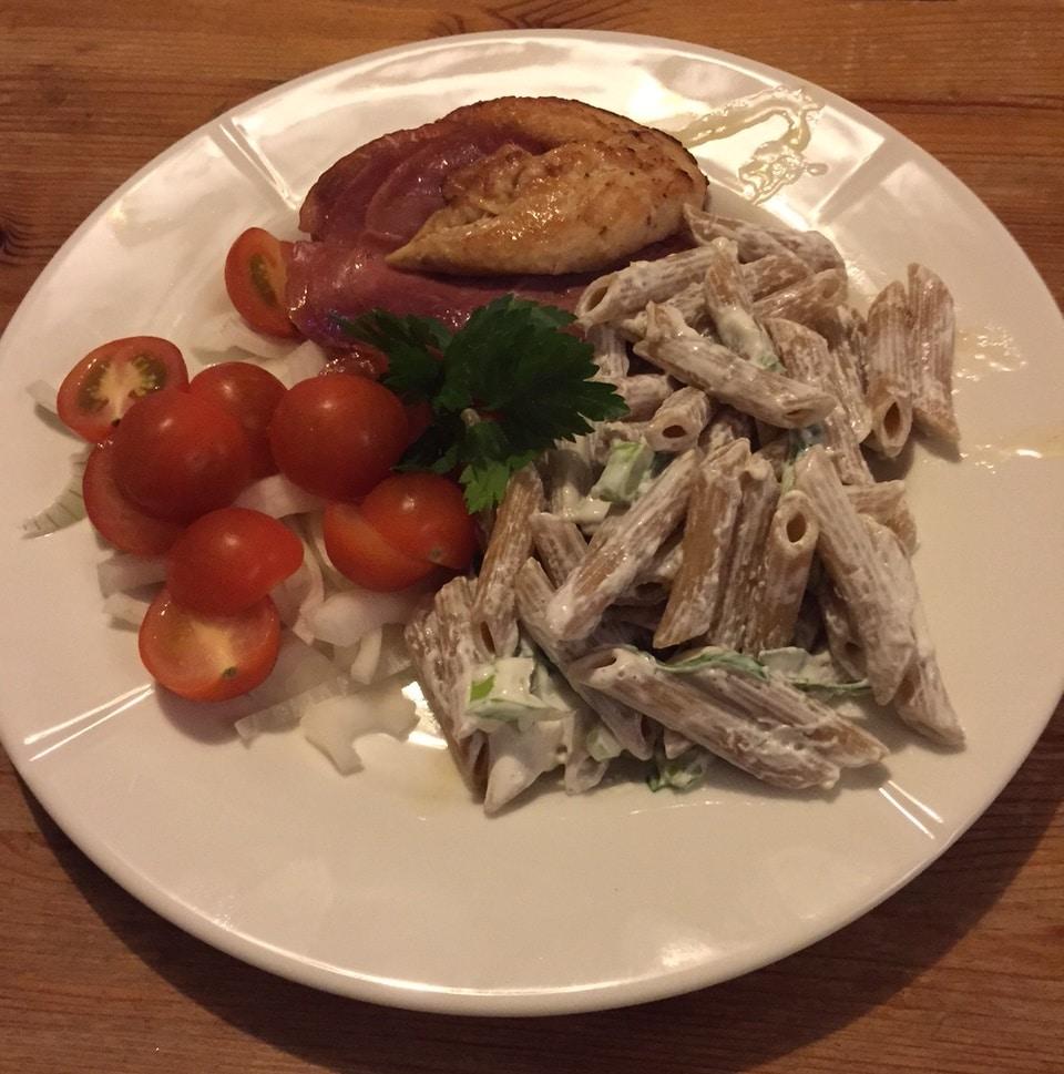 Fylt kylling med pastasalat