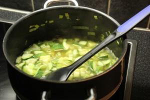 Grønnsaker kokes i kjøttbuljong